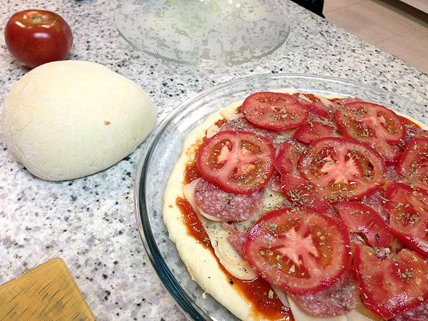 Pizzas fora de casa nunca têm uma quantidade suficiente de tomate, na minha opinião. A bolinha branca é a massa da segunda pizza. <3
