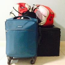 Esta foi a nossa bagagem. Levamos esta malinha e cada um levou mais uma mochila, para não precisarmos despachar bagagem. Levamos as mochilas vermelhas; o baú preto atrás é só suporte, não foi junto =P. A bolsinha preta era pra deixar os passaportes e documentos sempre à mão.