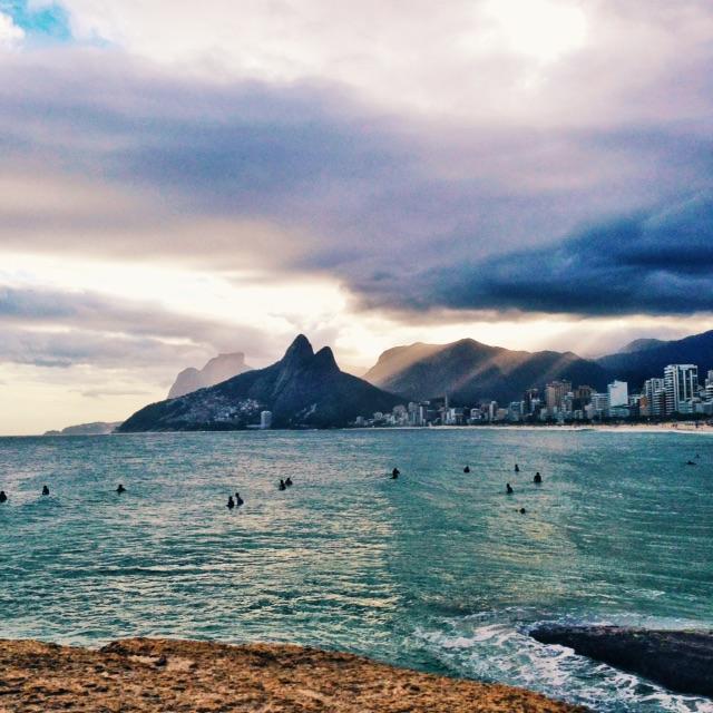 Da pedra do Arpoador: Morro Dois Irmãos e Praia do Leblon.