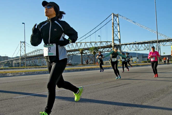 Correndo 5k bem de boas, curtindo, na Meia de Floripa, em junho deste ano.